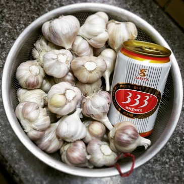 Chuẩn bị tỏi và bia làm nguyên liệu nên chọn tỏi cô đơn tốt hơn