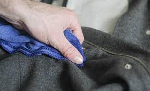 lấy khăn ướt thấm lên áo dạ