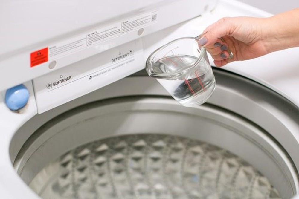 pha chút giấm vào khi giặt áo