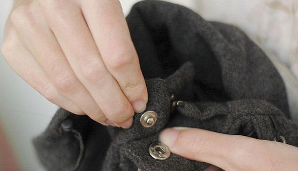 kiểm tra khuy áo và khóa kéo trước khi bỏ vào máy