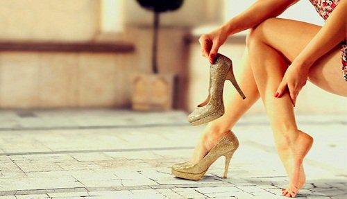 Cách cởi giày cũng quyết định đến việc giày mau hư