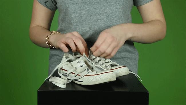 rút dây giày ra