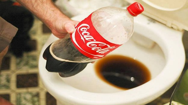 tẩy rửa bồn cầu bằng Coca Cola