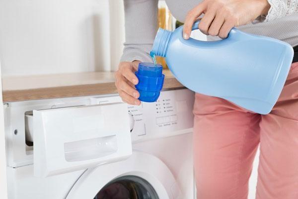 Đổ nước xả vải vào đầu quá trình giặt với lượng vừa đủ