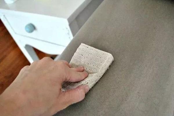 Lau chùi ghế sofa mỗi ngày