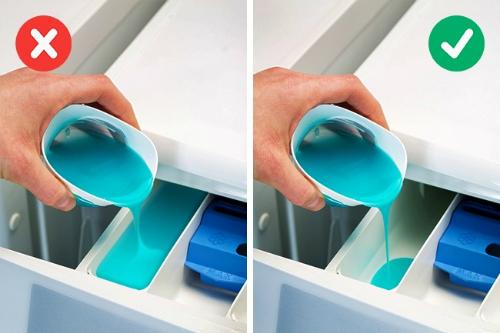 nước giặt đổ vào khoang máy với liều lượng vừa phải