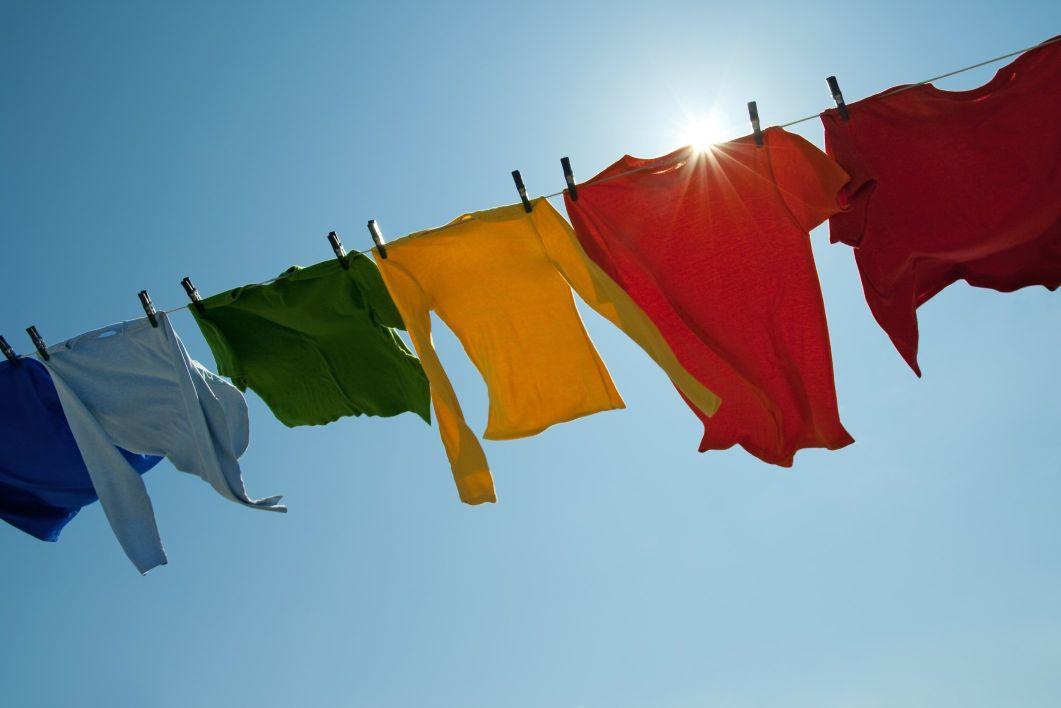 Phơi quần áo dưới ánh nắng