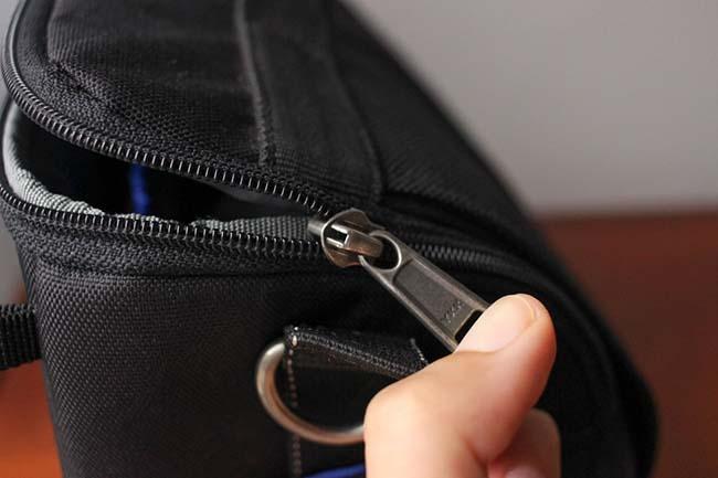 Không thể kéo vì đầu khóa có thể mắc phải vải hay chỉ