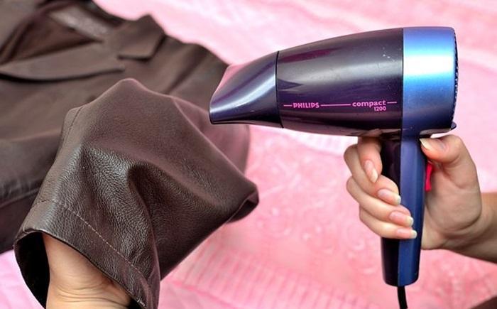 Hơi ấm của máy sấy tóc sẽ làm cho phần da được mềm