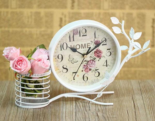 Đồng hồ để bàn có giỏ hoa