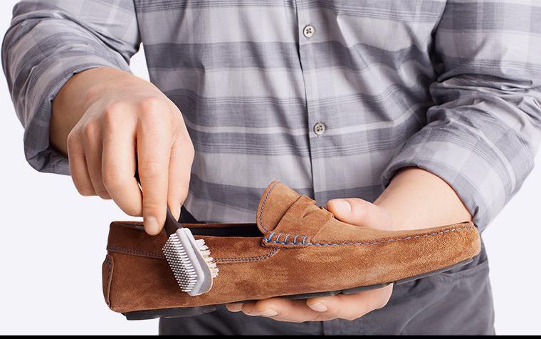 Làm sạch bằng cách chải theo hướng của da giày