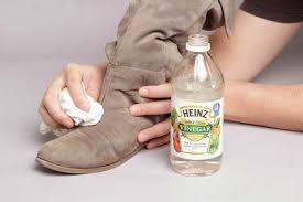 Giấm có tính chất tẩy rửa cao nên dễ dàng dùng để vệ sinh giày
