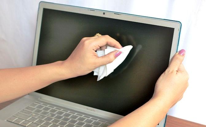 Dúng chiếc khăn làm bằng vị sợi (microfiber) để vệ sinh màn hình