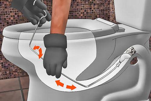 Dùng chiếc móc sắt phơi quần áo để thông tắc
