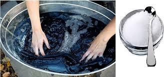 Nước lạnh pha muối đậm khi giặt lần đầu