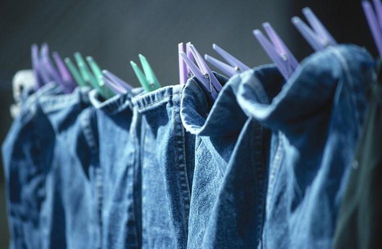 Phơi lên dây hoặc dùng móc kẹp để phơi quần áo