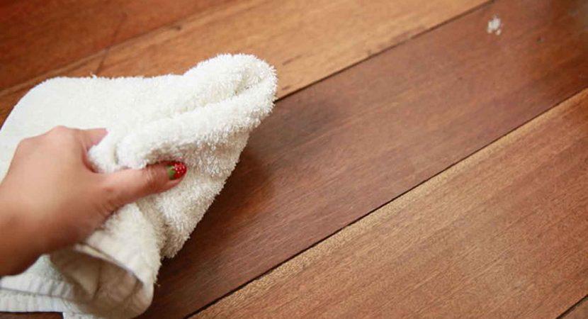 Dùng khăn khô để lau khô sàn