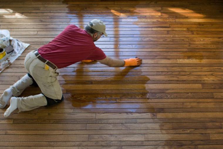 Nên vệ sinh sàn sau quá trình thi công lắp đặt