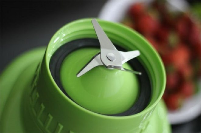 Nên chọn lưỡi dao bằng sắt hoặc kim loại chống gỉ