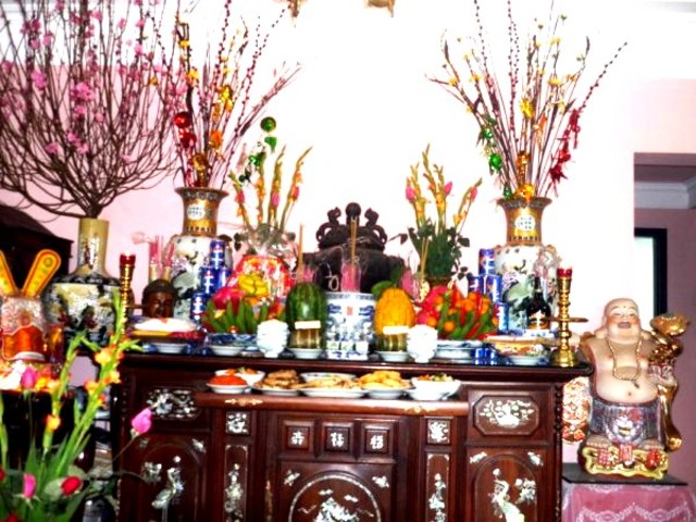 chăm chút bàn thờ là cách để bày tỏ lòng kính yêu đến ông bà tổ tiên