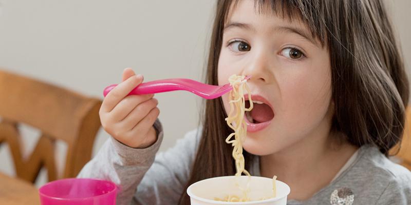 Trẻ em không nên ăn mì gói quá nhiều