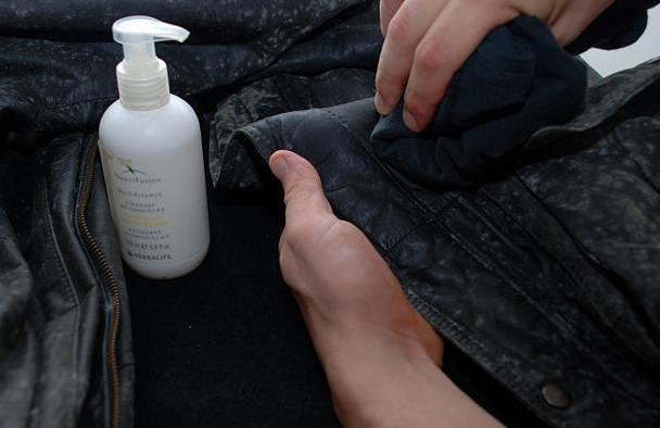 Kết quả hình ảnh cho cách bảo quản áo da không bị mốc