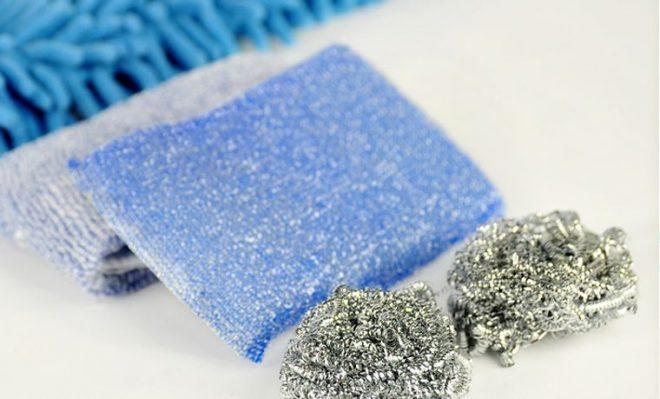 Tuyệt đối không được dùng miếng cọ xát để cọ rửa mà phải dùng khăn mềm và ẩm