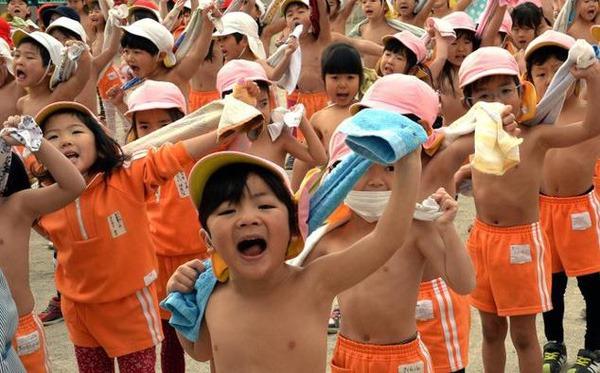 đây Là1 Cách Rèn Luyện Sức Khỏe Của Trẻ Em Nhật Mặc Quần đùi Thời Tiết Lạnh