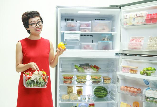 Cắt đôi khoảng 5-7 quả tắc rồi bỏ vào tủ lạnh hoặc tủ đông để khử mùi