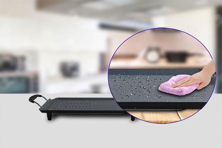 Bề mặt bếp nướng điện có lớp chống dính, rất tiện lợi trong việc vệ sinh bếp.