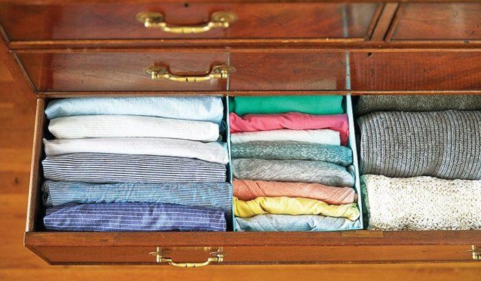 Xếp quần áo vào trong ngăn tủ theo chiều dọc