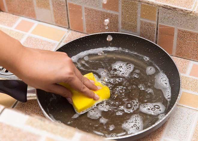 Sử dụng giẻ mềm hoặc miếng bọt biển để chùi rửa chảo chống dính