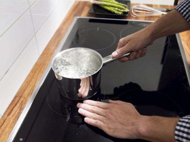 Nên vệ sinh bếp thường xuyên cho mặt kính luôn sáng bóng