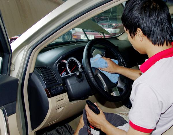 Dùng dung dịch vệ sinh chuyên dụng dành cho xe