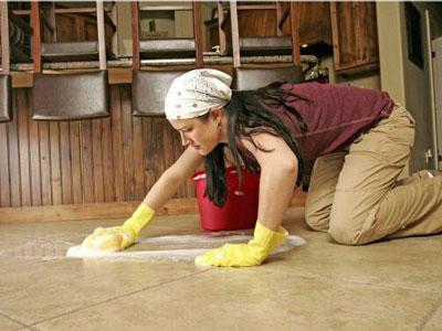 Thấm nước xà phòng nóng rồi dùng khăn vải lau sạch