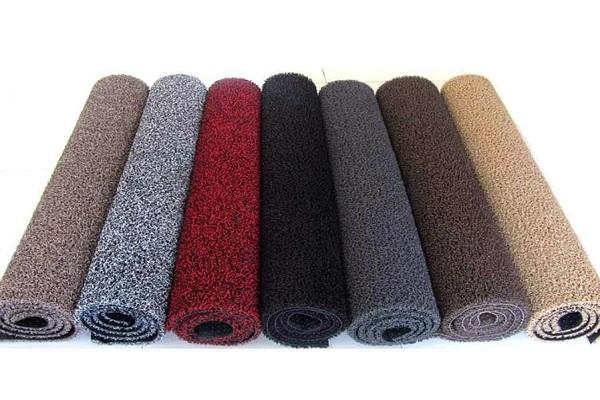 Thảm bị ố bẩn, phải kịp thời dùng khăn vải, giấy vệ sinh thấm sạch