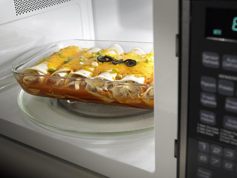 Một số thực phẩm khi hâm nóng dễ bị khô, phải dùng màng hoặc nắp che