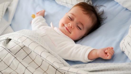 Cần tăng độ ẩm trong phòng để trẻ không bị khô da và họng