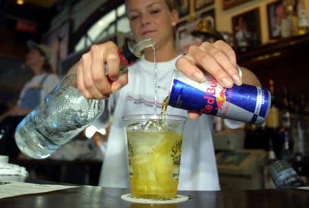 Dùng chung nước tăng lực và rượu khiến nồng độ cồn trong máu tăng đột biến.