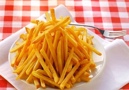 Không chỉ khoai tây chiên, những món ăn nhiều dầu mỡ khác cũng nên hạn chế và tránh khi bạn dùng rượu.