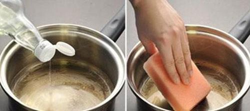 Bỏ một ít giấm vào đung lớp cặn nồi sẽ bị đánh tan