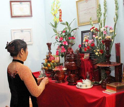 Bàn thờ là nơi linh thiêng và trang nghiêm trong gia đình. Cần biết cách chọn loại hoa thích hợp để thể hiện lòng thành kính với các bậc bề trên