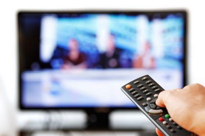 Tivi bị mất nguồn do thói quen dùng remote