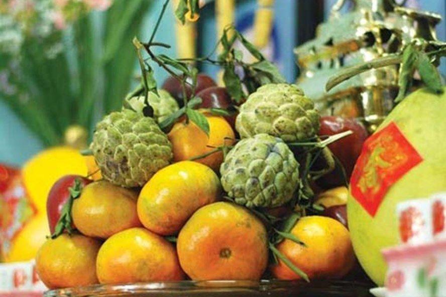 Trước khi lau dọn bàn thờ, phải chuẩn bị đĩa hoa quả và thắp hương báo cáo