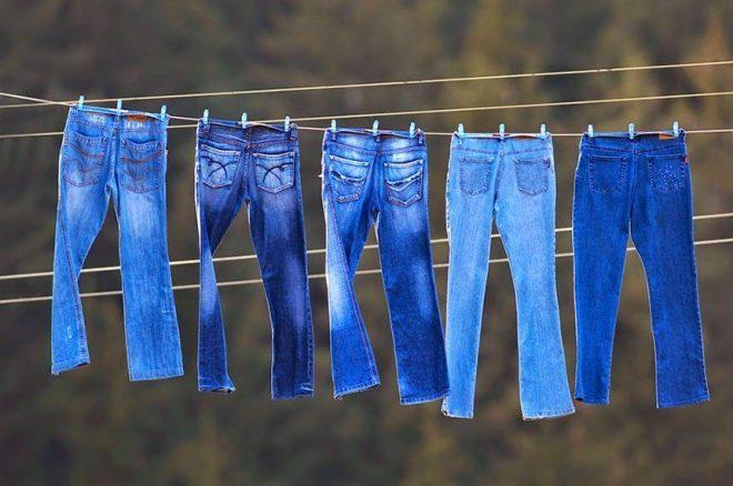 Để đồ jean khô tự nhiên dưới ánh nắng nhẹ hoặc trong bóng râm