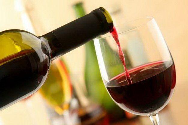 Rượu vang là thức uống được nhiều người ưa thích.