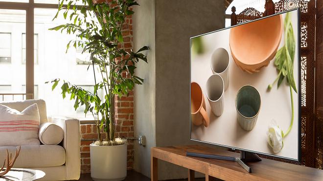 Smart Tivi Samsung 4K 43 inch UA43NU7400 được đặt trong phòng khách hoặc không gian riêng của bạn