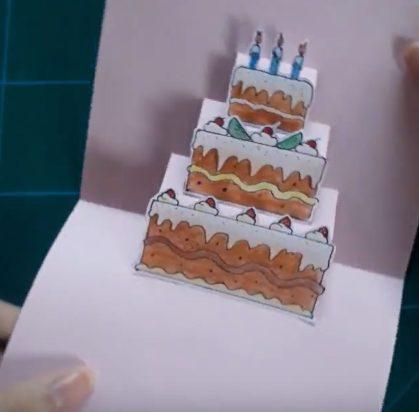 Dán miếng giấy vừa cắt vào chiếc bìa bánh sinh nhật đã làm ở trên