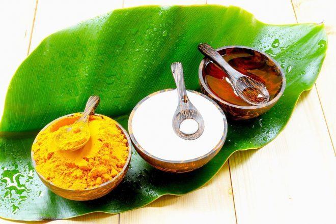 chuẩn bị các nguyên liệu cần thiết để làm mặt nạ bột nghệ và vitamin E