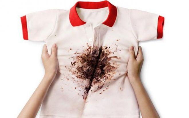 Vết bùn dính trên quần áo